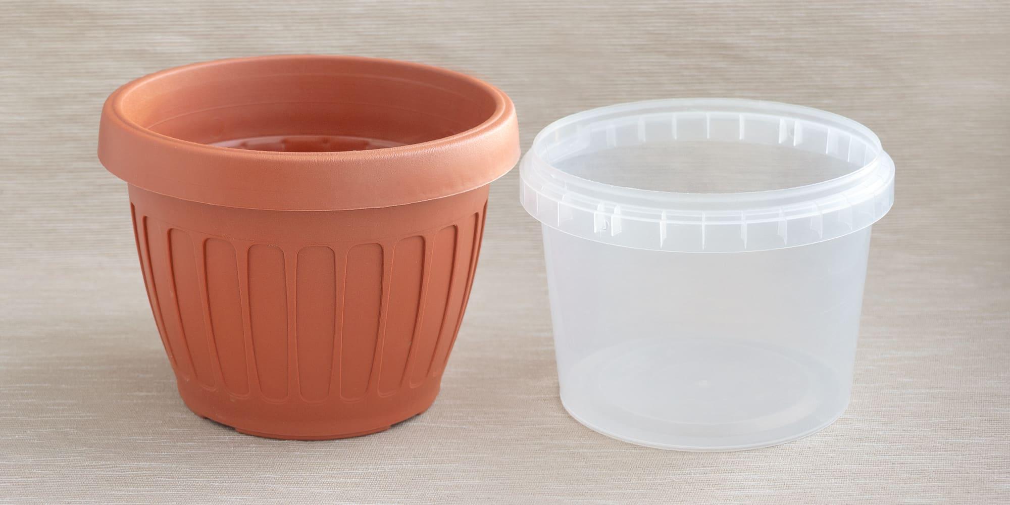 Исходный горшок и пластиковый контейнер