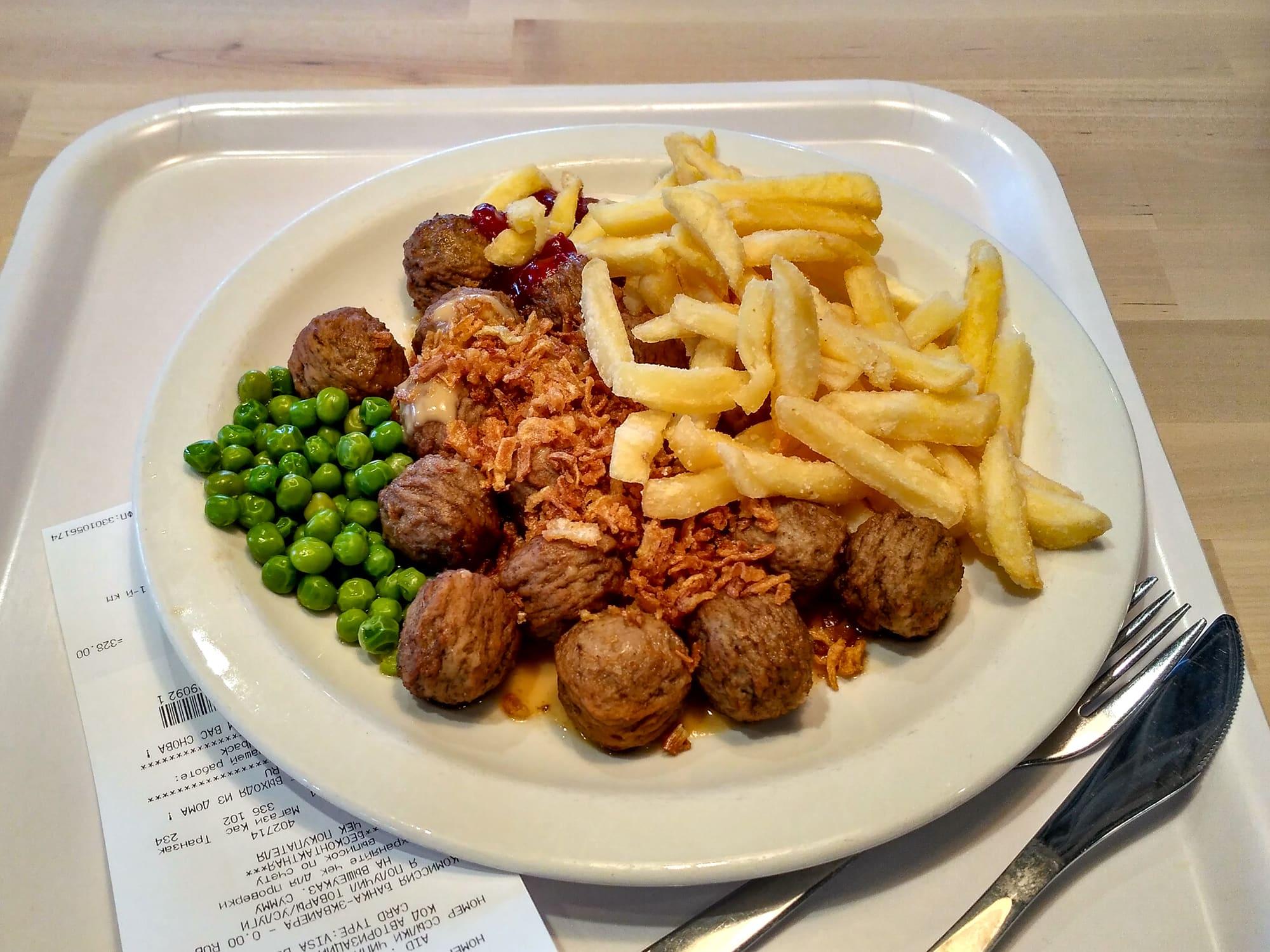 Поднос с тарелкой фрикаделек в ресторане Икеа