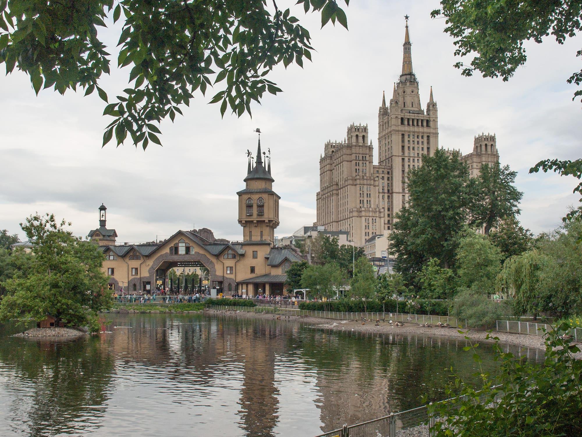 Вид на пруд Московского зоопарка