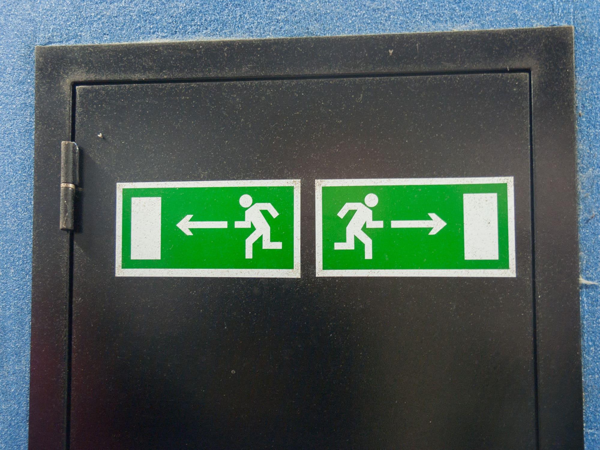 Пожарный выход налево направо