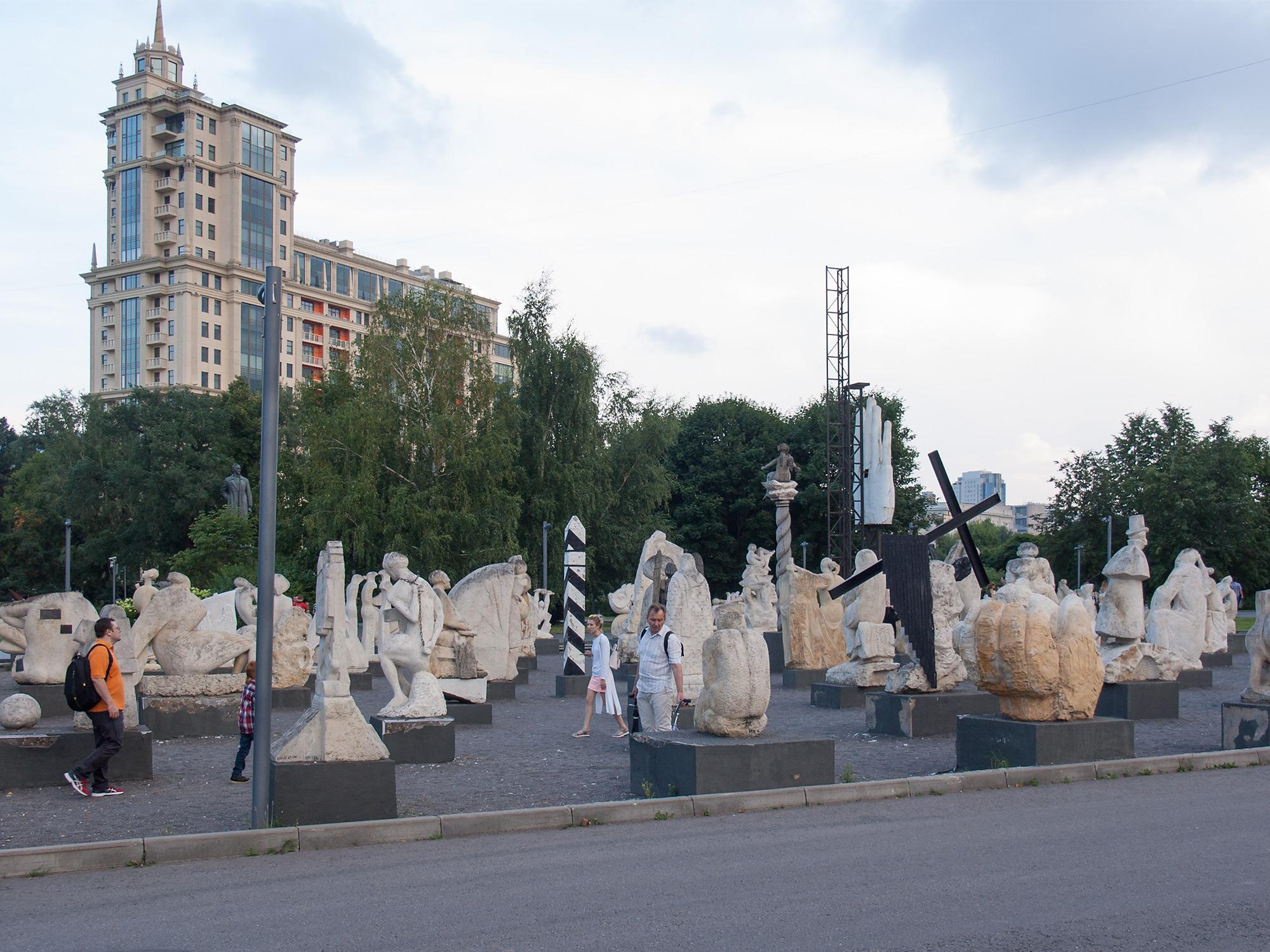 """Зал белокаменной скульптуры в парке искусств """"Музеон"""""""