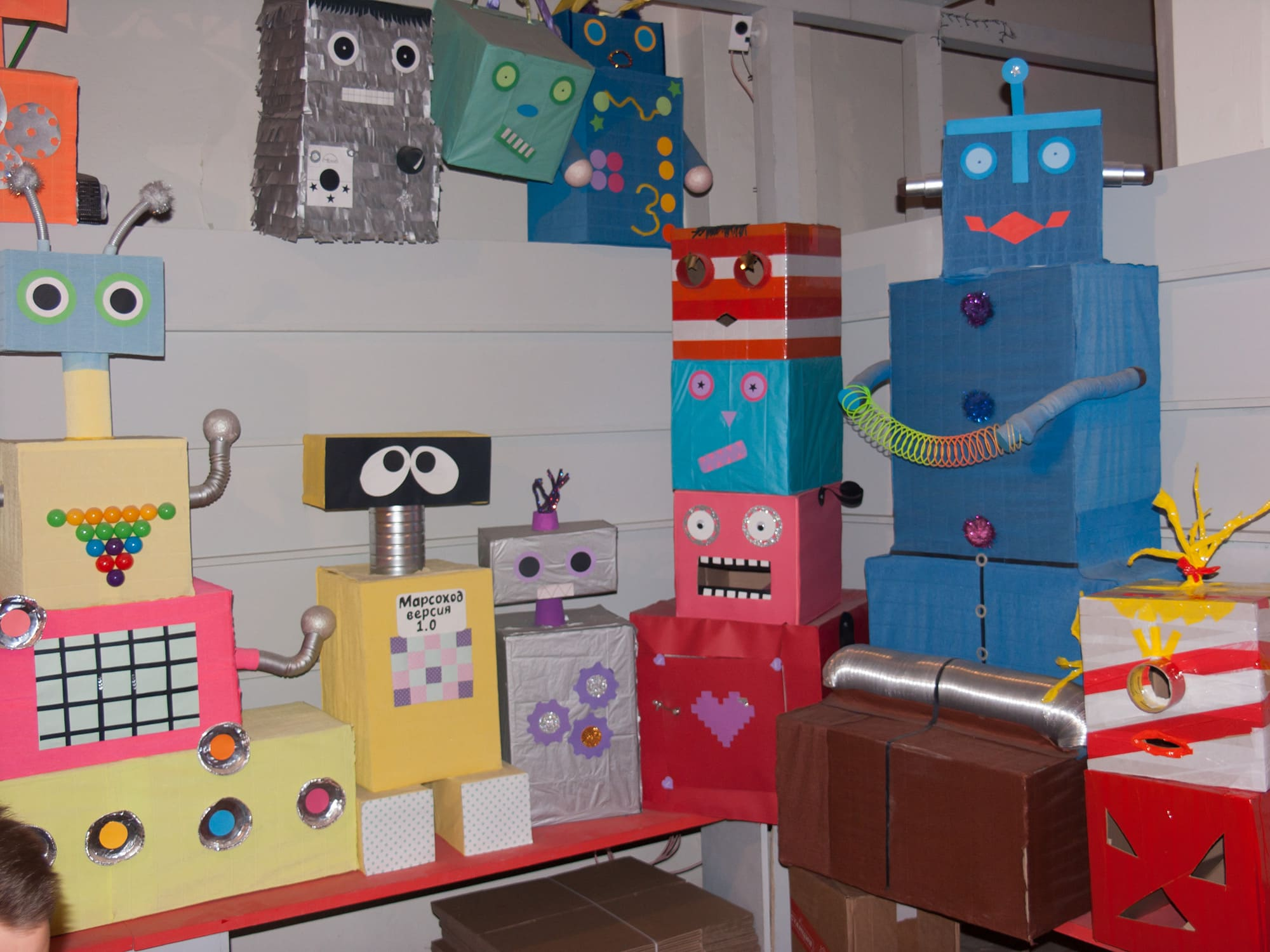 Роботы-самоделки из картонных коробок