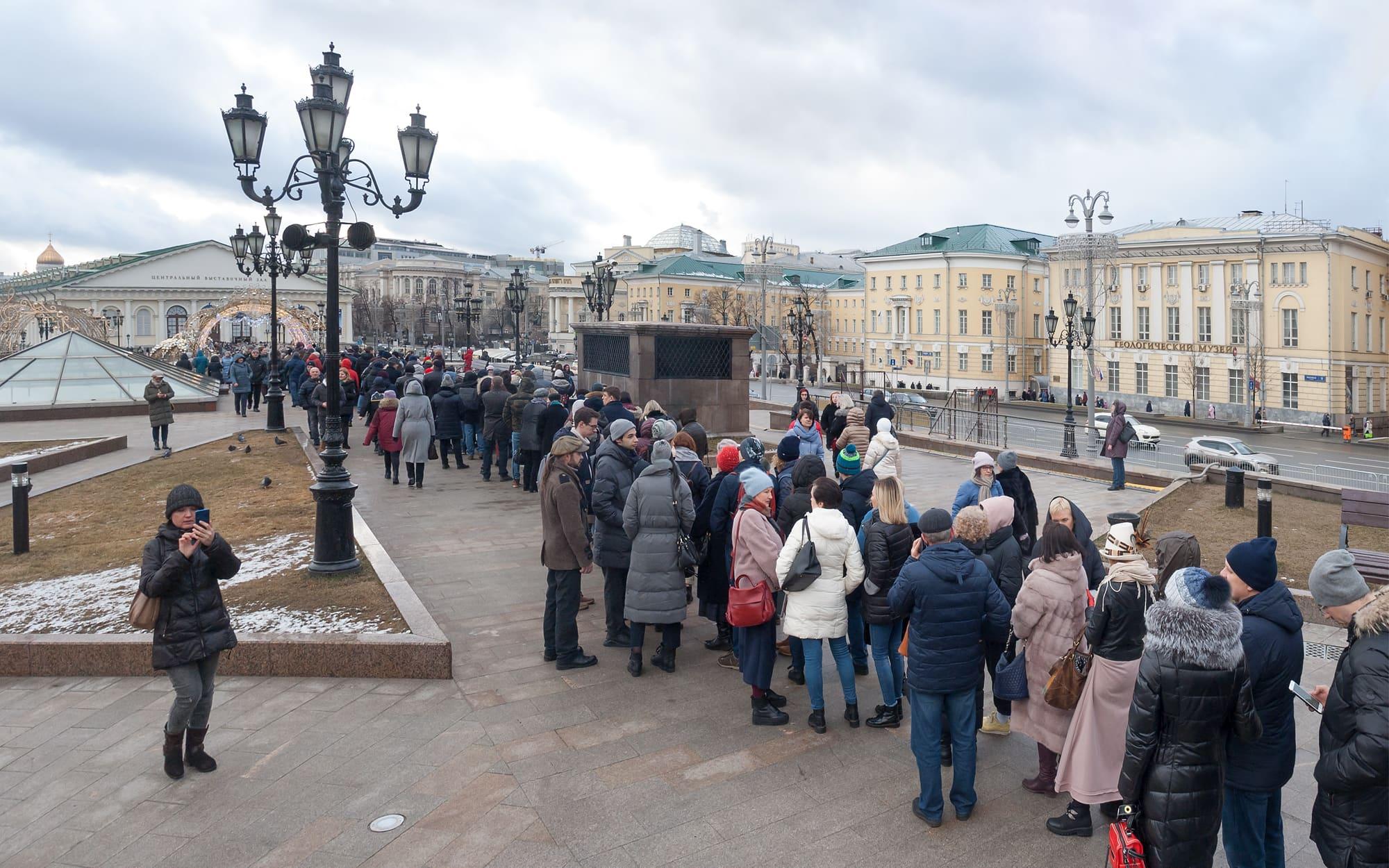Москва очередь на выставку Сальвадора Дали