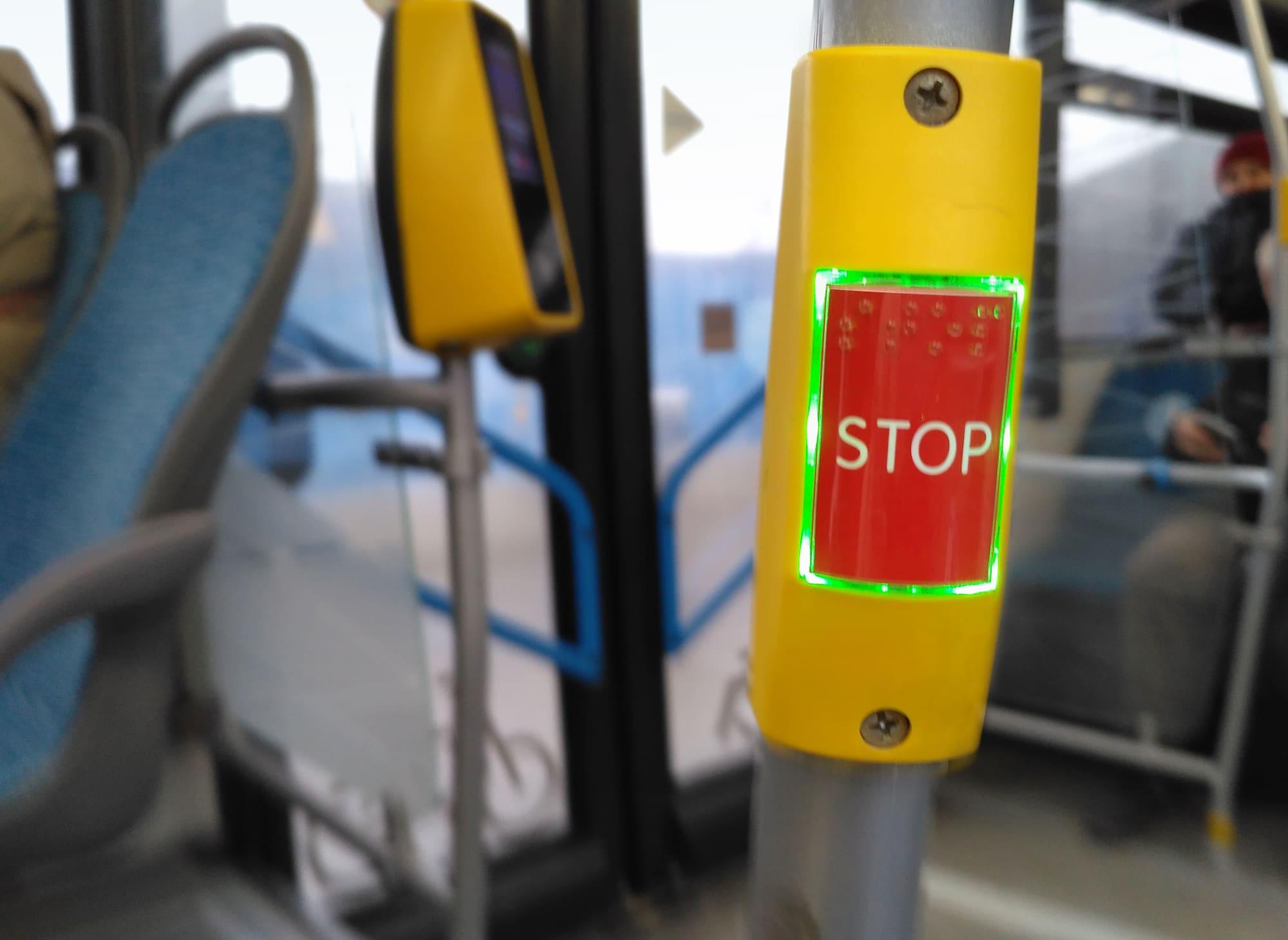 """Кнопка """"STOP"""" на поручне в автобусе"""