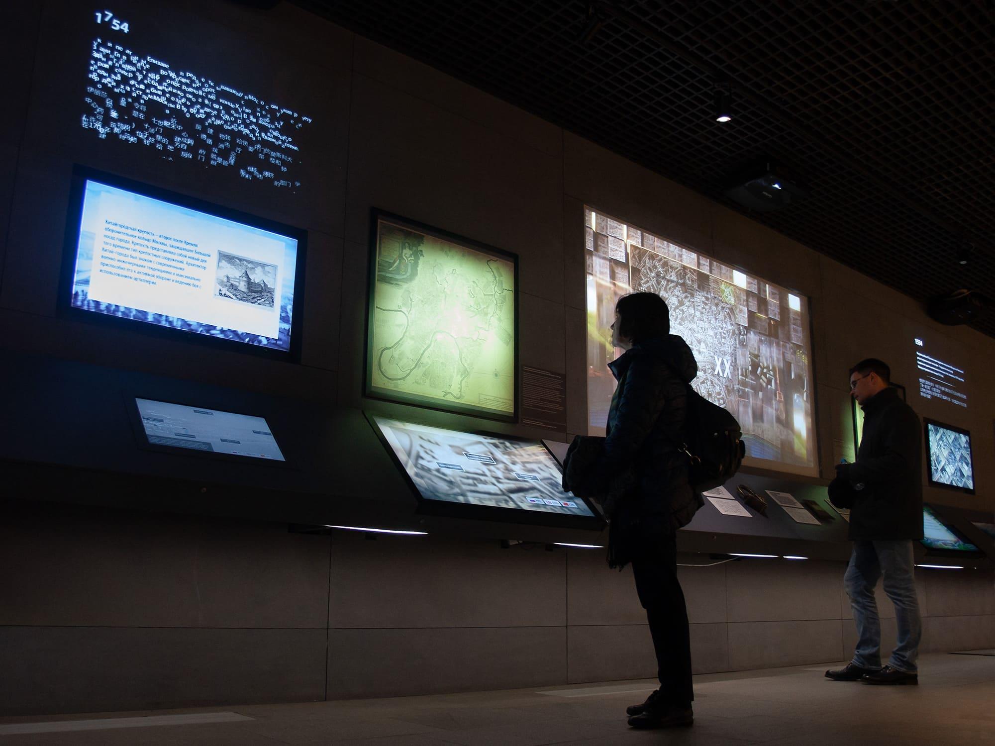 Интерактивные дисплеи в Подземном парке Зарядье